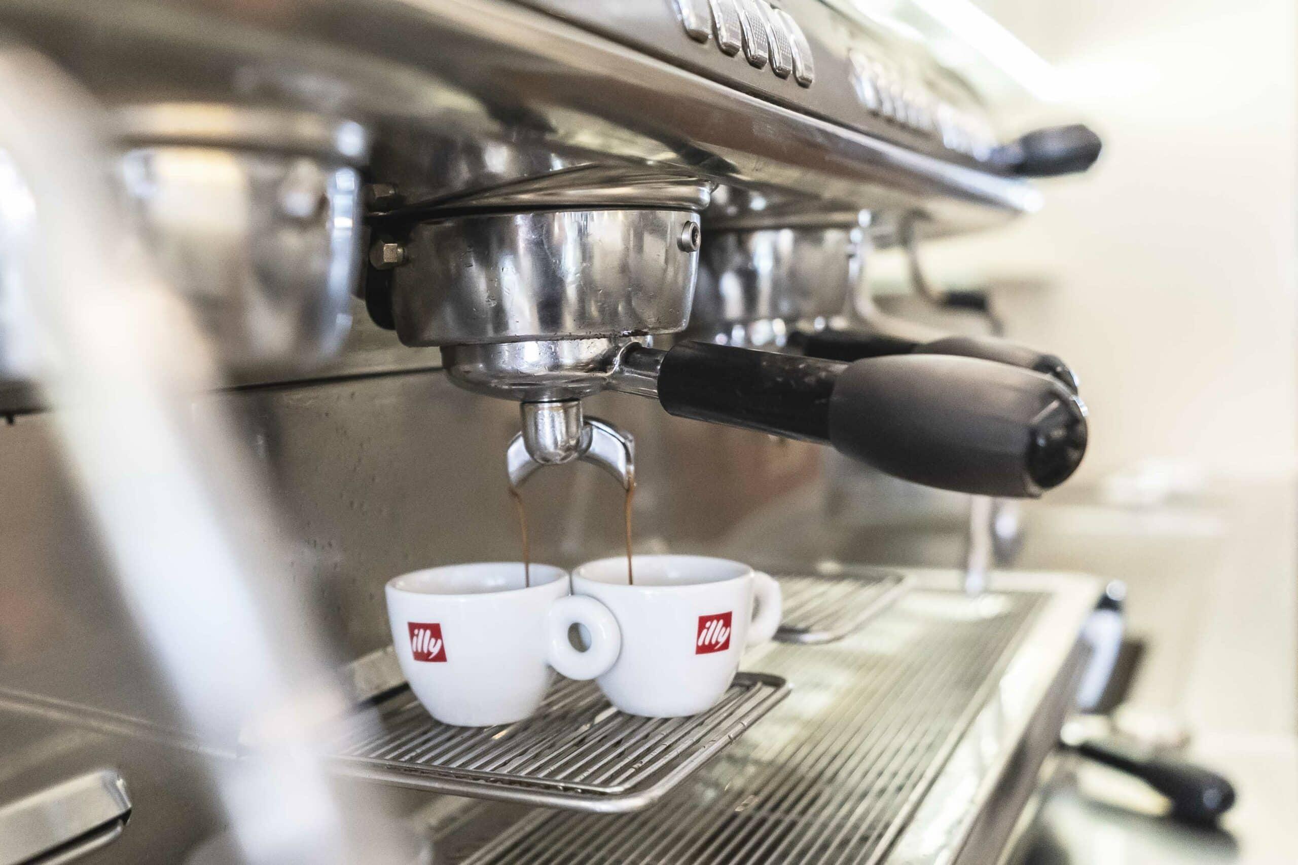 Quadriga Restaurant Kaffeemaschine mit zwei Espresso-Tassen
